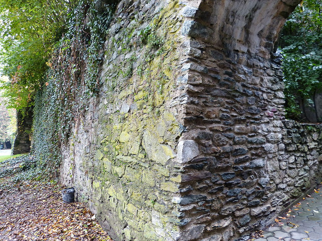 Teil der ehem. Stadtbefestigung (Stadtmauer und Stadtgraben) © Niki.L