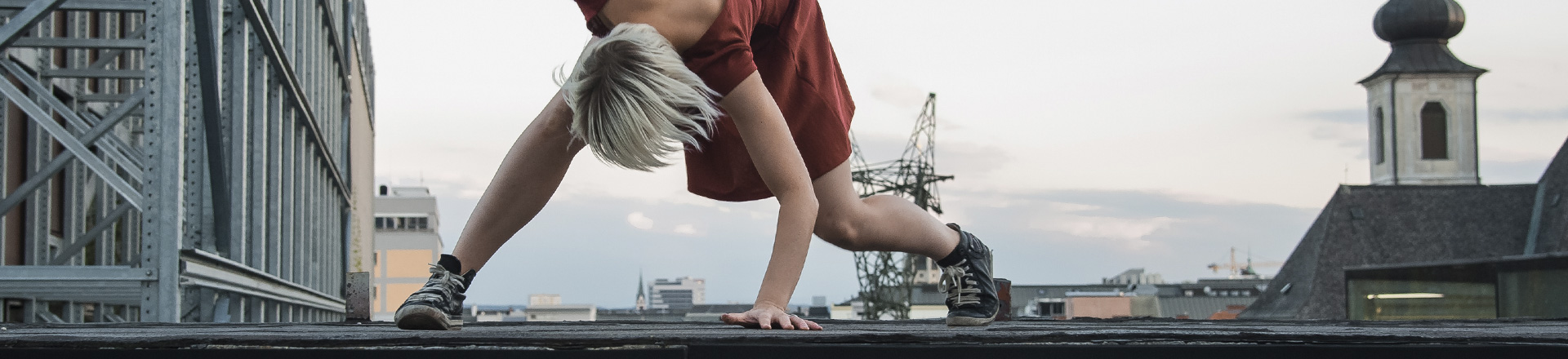 Frau am Dach Ⓒ Helmut Dachauer