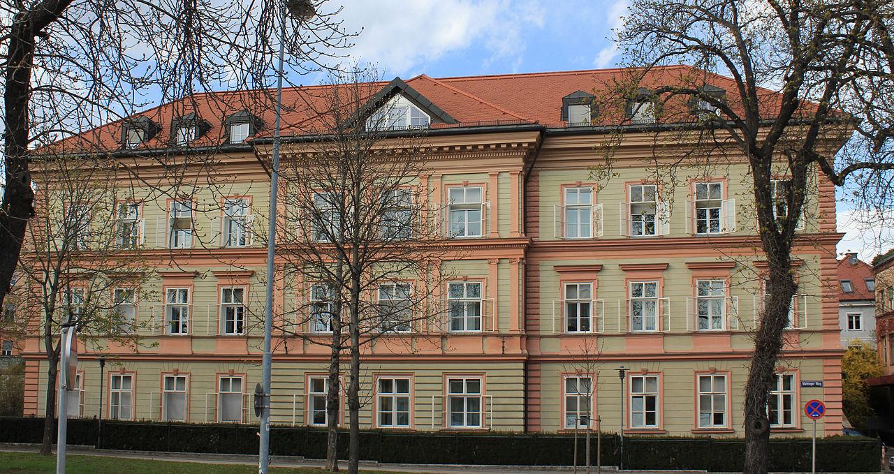 Pädagogisches Institut des Bundes und Stadtmauerrest © by Raul de Chissota