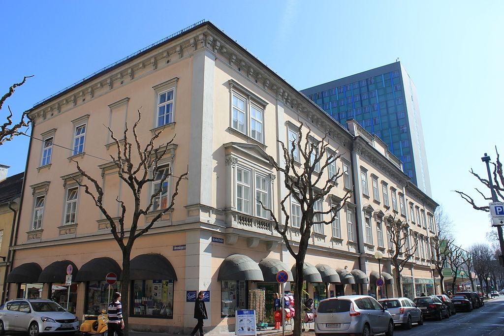 Amts- und Geschäftsgebäude © by Raul de Chissota